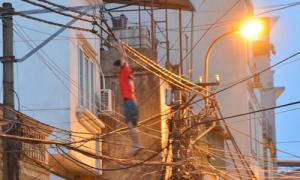 Nam thanh niên 'chơi đánh đu' với đường dây điện