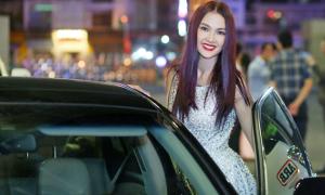 Anh Thư tự lái xe đi Đồng Nai làm giám khảo