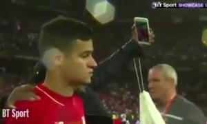 Sao Liverpool sầu não selfie cùng fan