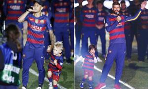 Sao Barca ôm con tới mừng vô địch kép
