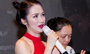 Hòa Minzy khóc nức nở bên mẹ