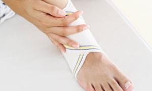 Bác sĩ để quên bông gạc trong chân bệnh nhân