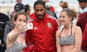 Tuyển thủ Wales 'hút' gái teen ở bãi biển