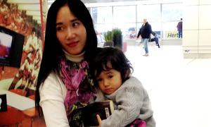 Mẹ Việt một mình sang Pháp kiện chồng hờ, đòi con