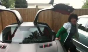 Mẹ Park Ji Sung khám phá xe sang của Evra