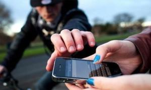 Sau khi lấy điện thoại, kẻ cướp quay lại xin mật khẩu