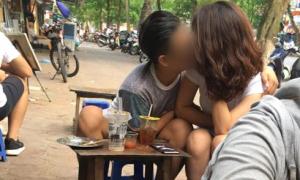 Chàng trai thản nhiên sờ ngực bạn gái ở nơi công cộng