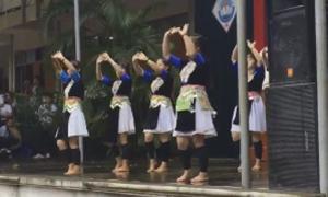 Nữ sinh mặc trang phục dân tộc, múa nhạc Hoa gây xôn xao