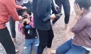 Nhóm nữ sinh lớp 9 đánh hội đồng, lấy dép tát mặt bạn