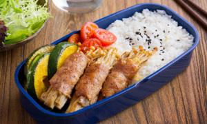 Thịt cuộn nấm kim châm và bí ngô cho bữa trưa