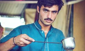 Chàng trai bán trà đẹp trai cỡ 'hot boy bị trục xuất'