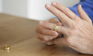 Vợ mê 'sống ảo', chồng quyết ly dị sau 2 tiếng kết hôn