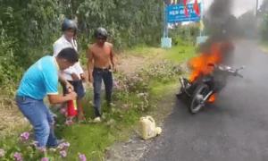 Đứng nhìn xe máy bốc cháy vì không biết dùng bình cứu hỏa
