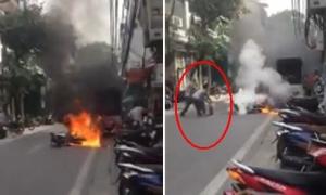 Cụ bà dập lửa xe máy cháy trên phố Hàng Nón