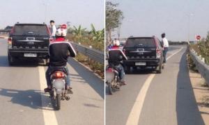 Thanh niên đu bám trên ôtô gần 10 km