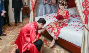 Chồng trẻ hôn chân sao 'Anh hùng xạ điêu' trong ngày cưới