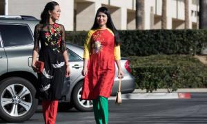Người Việt xa xứ đẹp dịu dàng với áo dài cách tân