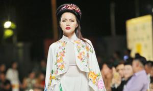 Diễm Châu làm 'first-face' diễn áo dài họa tiết tranh vẽ