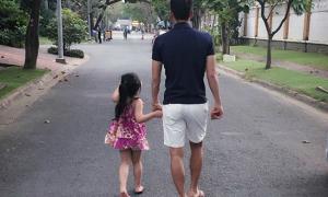 Công Vinh nắm tay con gái thong dong đi dạo