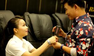 Cẩm Ly thân thiết với Quang Linh trong họp báo