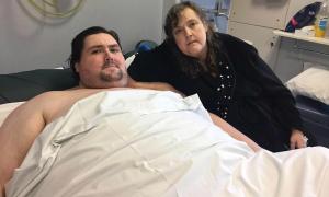 Người đàn ông ung thư không thể về nhà để chết vì nặng gần 270 kg
