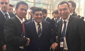 HLV Hoàng Anh Tuấn vui vẻ bắt tay Maradona