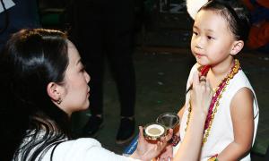 Linh Nga trang điểm cho con gái trước khi biểu diễn