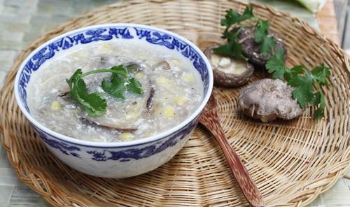 Với những nguyên liệu đơn giản, dễ nấu, súp gà nấm hương thanh đạm từ nước dùng từ gà, với hương thơm đặc trưng của nấm hương quyện với ngô ngon ngọt.