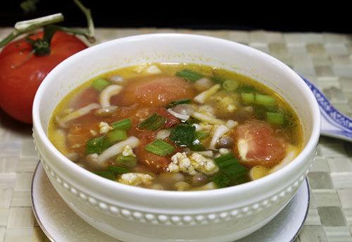 Vị ngọt tự nhiên của nấm, ăn giòn giòn, nấu kèm với thịt nạc xay và cà chua làm món canh dành cho mùa hè rất mát.