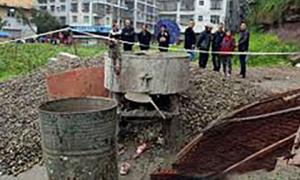 Hai bé gái 3 tuổi chết thảm vì trèo vào máy trộn xi măng