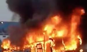 Xe khách bốc cháy cuồn cuộn trên quốc lộ 1A