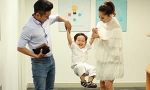 Con trai Khánh Thi - Phan Hiển hiếu động khi đi phỏng vấn cùng bố mẹ