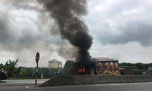 Xe chở quan tài bốc cháy nghi ngút trên quốc lộ 1A
