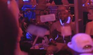 Mayweather tung tiền vào các cô gái múa cột
