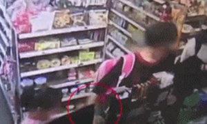 Cháu gái 2 lần ngăn bà lấy trộm điện thoại nhưng không thành