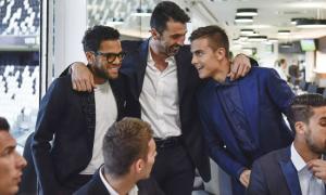 Buffon hớn hở ôm vai bá cổ Alves và Dybala