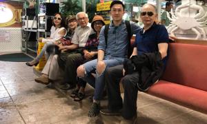 Dương Triệu Vũ mừng thành công của album mới bên bố mẹ tại Mỹ