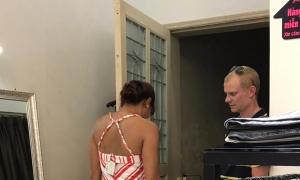 Cùng đi ngắm đồ cho vợ, chồng Việt bị 'chê tả tơi' khi so sánh với chồng Tây