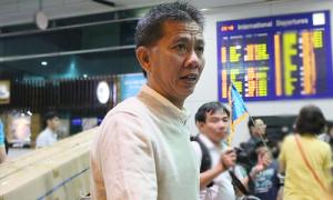 HLV Hoàng Anh Tuấn 'ba chân bốn cẳng' về nhà gặp mẹ già và các con