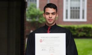 Chàng trai từng dọn vệ sinh, bán quần áo tốt nghiệp ĐH Harvard