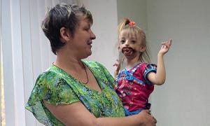 Bà mẹ sốc đến bất tỉnh khi trông thấy mặt con gái vừa chào đời