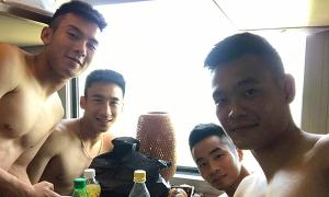Cầu thủ Than Quảng Ninh khoe ảnh cởi trần đi tàu từ Đà Nẵng tới Vinh thi đấu