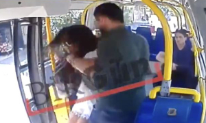 Cô gái bị hành hung trên xe buýt vì mặc quần short