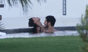 Rihanna âu yếm chàng trai bí ẩn trong bể bơi