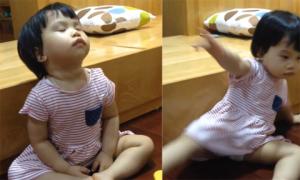 'Thánh ngủ' 20 tháng tuổi mặc kệ xung quanh ồn ào