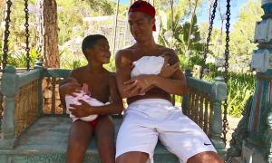 Bố con C. Ronaldo bế bé song sinh, nhìn nhau tình cảm