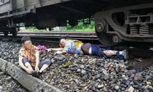Người lái tàu bị cán đứt một chân vì cứu cụ bà băng qua đường ray