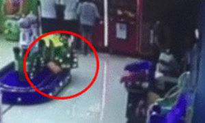 Bé trai 2 tuổi bị tàu hỏa đồ chơi cán chết