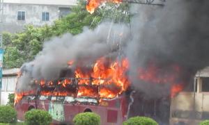 Xe khách cháy ngùn ngụt trên quốc lộ