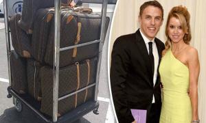 Mang 7 vali hành lý đi nghỉ mát, nhà Phil Neville bị 'đá đểu'